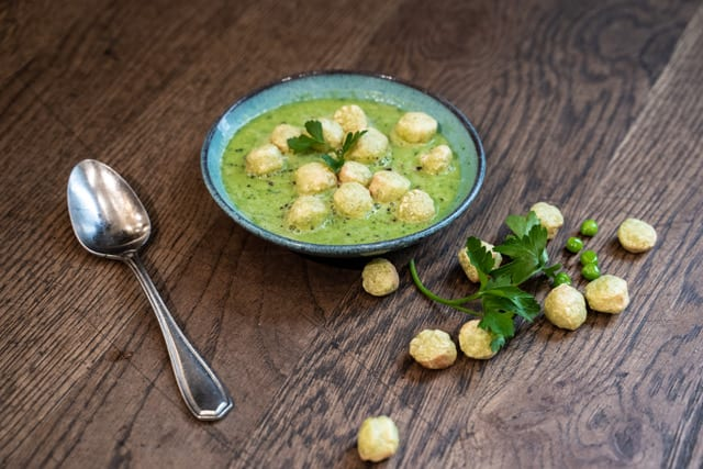 Erbsensuppe mit GREEN PEA BALLS Croutons